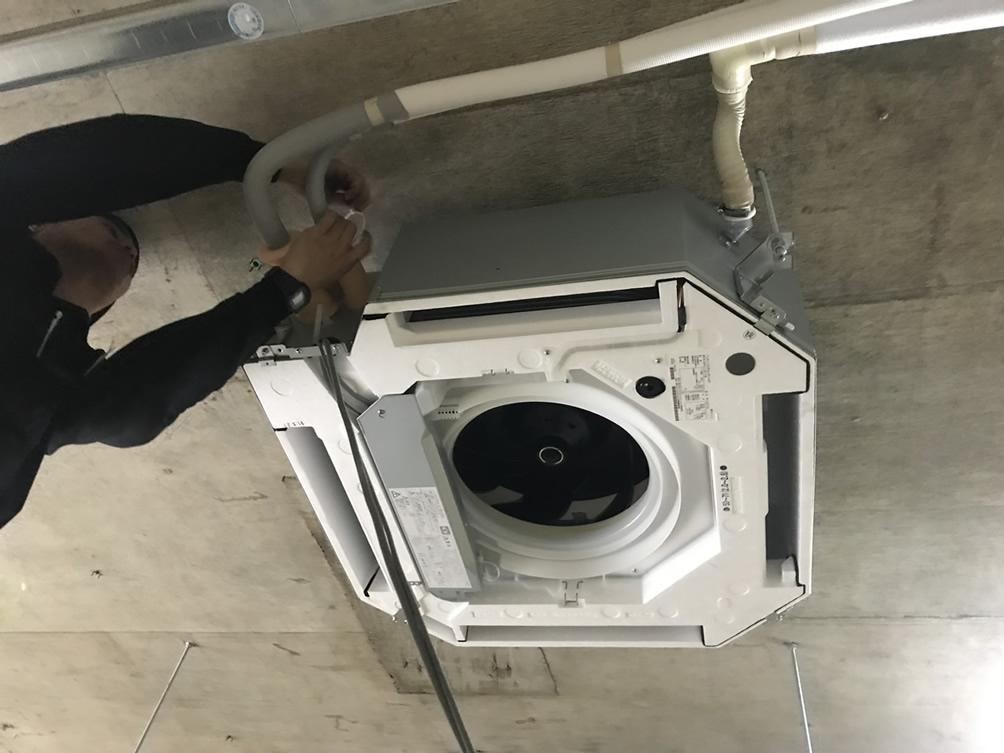 冷媒配管・ドレン配管・信号線をまとめて配管テープを巻いていきます。