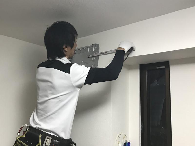 室内機設置。取付可能な強度をもつ室内の壁面に取り付けます。