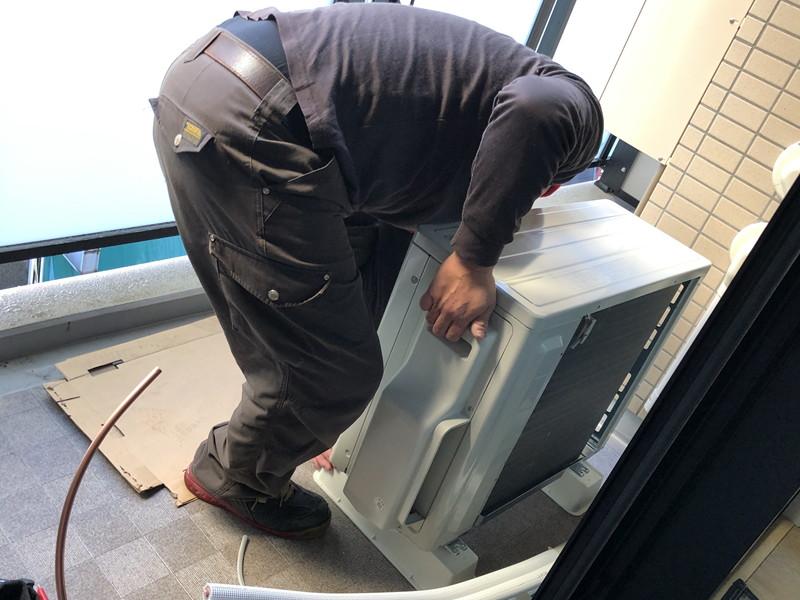室外機設置。屋外の安定した水平な床、地面に設置します。