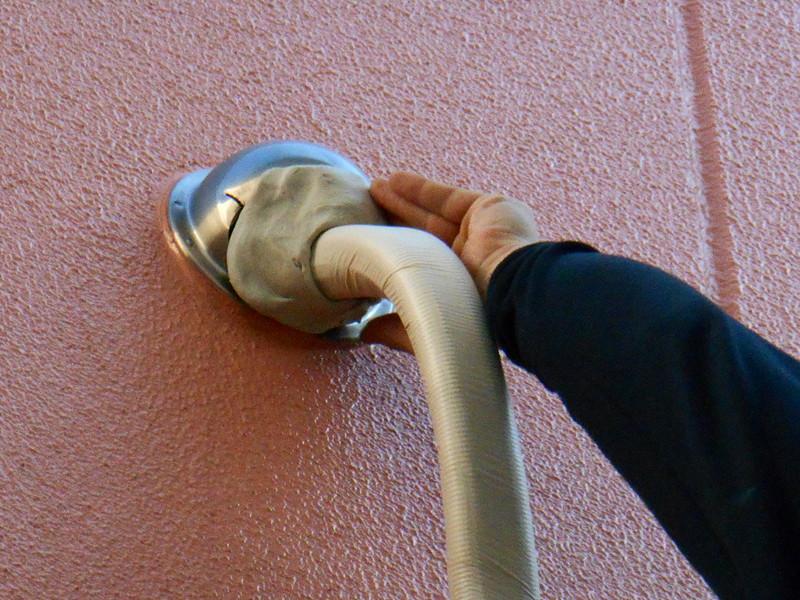配管を通した後、配管穴のすき間をパテで埋めます。